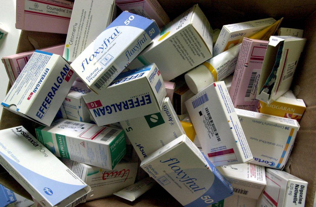 Photo d'illustration réalisée le 29 juillet 2003 dans une maison de retraite à Caen montrant des boites de médicaments en vrac. Entre 40 et 50% des médicaments prescrits aux personnes âgées finiraient à la poubelle ou resteraient inutilisés dans leur armoire à pharmacie, selon un projet de rapport de la Cour des Comptes sur la sécurité sociale. AFP PHOTO MYCHELE DANIAU