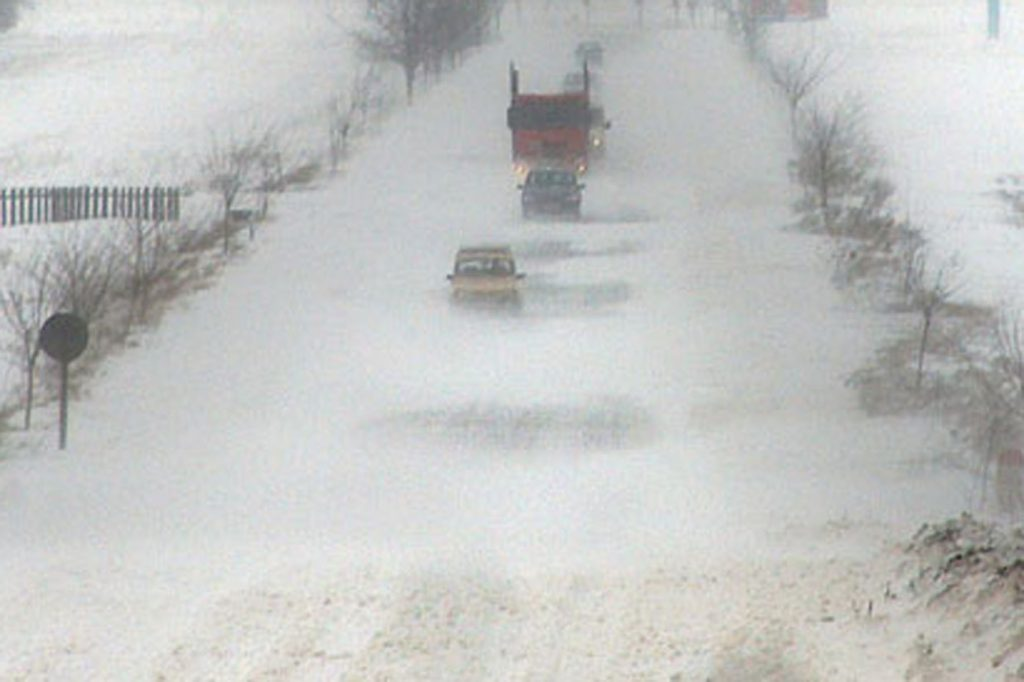 Citeva autoturisme circula, luni, 13 martie 2006, pe DN11F, pe un singur sens, din cauza caderilor de zapada. Toata jumatatea de est a judetului Bacau a ramas blocata din cauza caderilor masive de zapada si a viscolului puternic din ultimele 24 de ore.