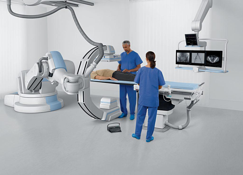 Artis zeego von Siemens bringt Flexibilität in die Angiographie Mit seinem neuen Angiographie-System Artis zeego bringt Siemens Healthcare bislang nie gekannte Flexibilität in Katheterlabore und Operationssäle. Die in Artis zeego integrierte Industrierobotertechnik ermöglicht dem Arzt, den C-Bogen beinahe beliebig um den Patienten herum zu positionieren. Damit lassen sich innere Organe leichter als bisher von verschiedenen Seiten betrachten, wenn zum Beispiel Tumore oder Gefäßerkrankungen zu beurteilen sind.  Siemens Artis zeego brings flexibility to angiography The new Artis zeego angiography system of Siemens Healthcare introduces unprecedented flexibility in catheter labs and operating rooms. The industrial robot technology integrated in Artis zeego allows the physician to move the C-arm to almost any position around the patient. This makes it easier than ever before to visualize internal organs from various sides, if - for example - tumors or vessel diseases have to be diagnosed.